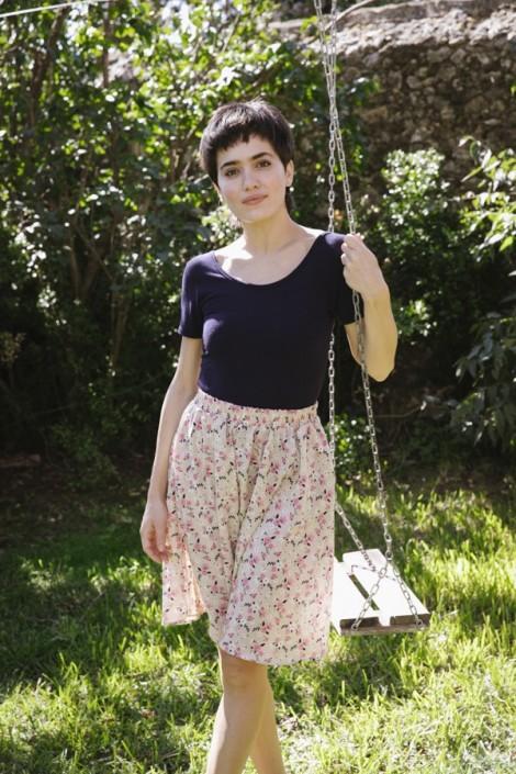 Falda midi beis con flores rosas y azul marino