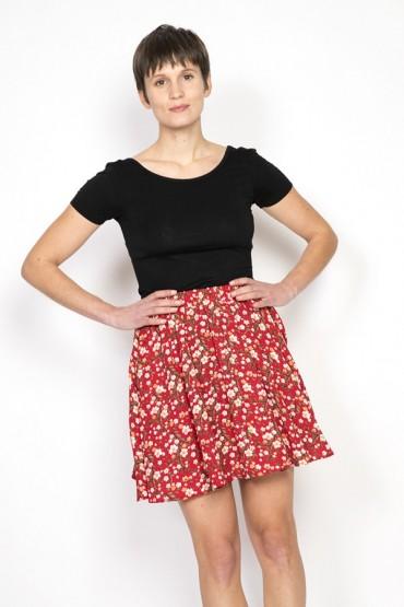 Falda mini roja con margaritas blancas