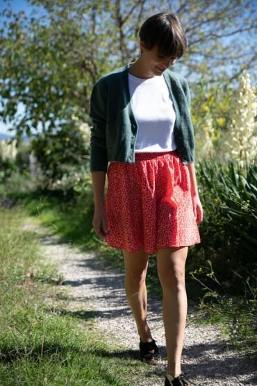 Falda mini roja con flores pequeñas blancas