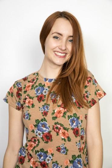 Camiseta SusiSweetdress  marrón con flores grandes rosas y azules