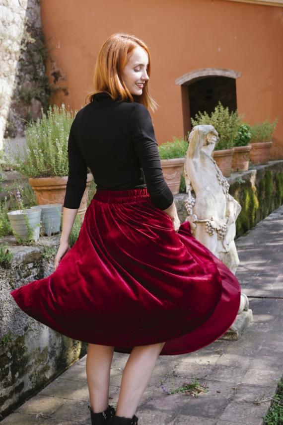 Falda midi roja con flores y puntos