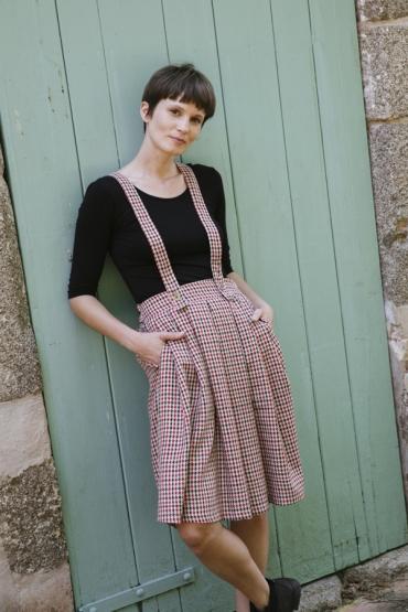 Falda midi beige con cuadros rojos y negros y tirantes