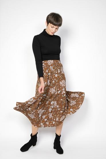 Falda maxi larga marrón con flores blancas