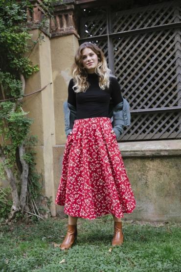Falda maxi larga roja con flores blancas