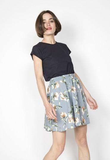 Falda mini gris con flor beis