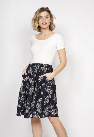 Falda midi azul marino con flores blancas y rosas
