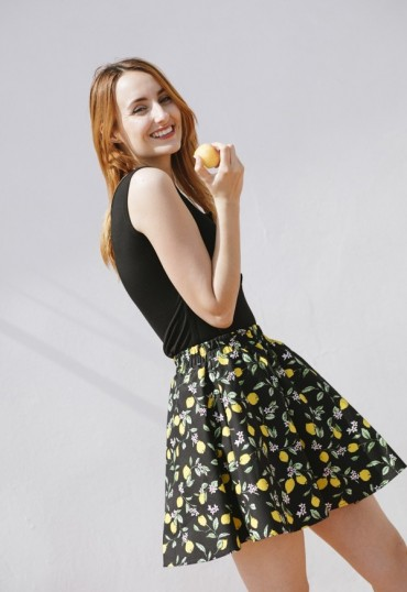 Falda mini negra con limones