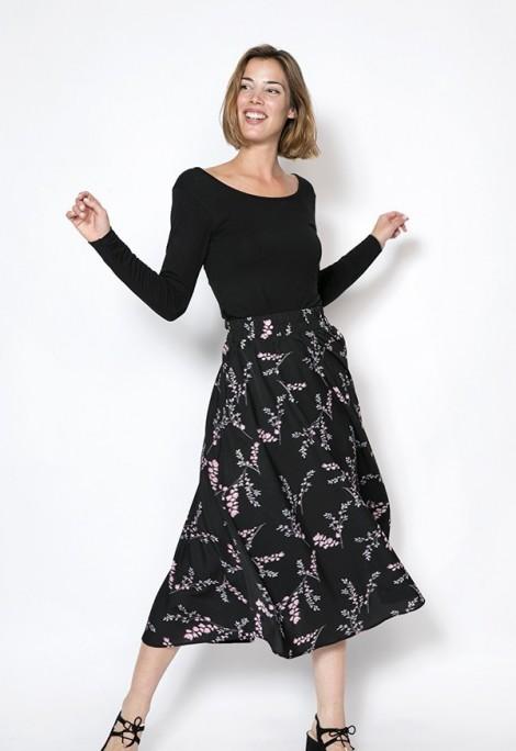 Falda maxi larga negra con ramos pequeños blancos y rosas